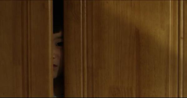 Додо, визирає з шафи. Скріншот: Vimeo