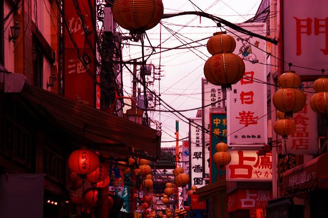 Город украшают красными фонариками. Фото: OiMax/flickr.com. Лицензия: creativecommons.org/licenses/by/2.0