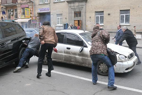 Грабитель сдаёт назад, чтобы уехать с места преступления. Фото: Владимир Бородин/The Epoch Times Украина