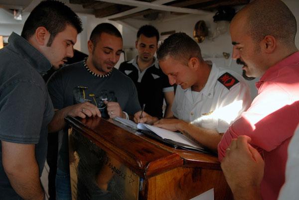 Моряки военного итальянского парусника Amerigo Vespucci уходят в увольнение во время причала в Одессе. Фото: Владимир Бородин/The Epoch Times