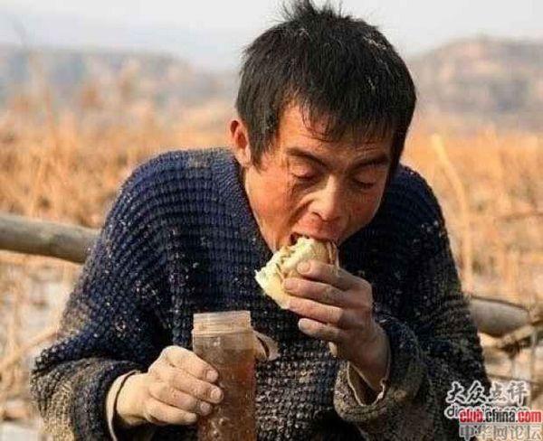 Он не разбирается в политике, он также ничего не понимает в экономике. Он только хочет, чтобы получилось заработать в день больше на 10 юаней, тогда он может купить пожилой матери лекарства и прокормить сына. Фото с aboluowang.com