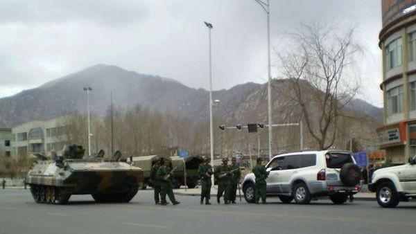Китайская армия и отряды вооружённой полиции патрулируют улицы в столице Тибета Лхасе. Все дороги в Тибет перекрыты. Фото: AFP