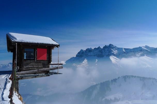 Життя на самому краю землі. Гірськолижний курорт Валаїс, Швейцарія. Фото: Florin Biscu/travel.nationalgeographic.com