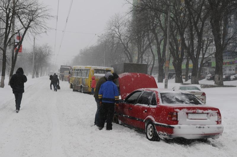Снігопад паралізував рух громадського наземного транспорту в Києві. Фото: Володимир Бородін / Велика Епоха