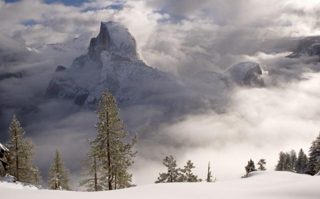 Окутанная туманом гранитная скала Хаф-Доум (горная система Кордильеры). Снимок сделан с обзорной площадки, расположенной на высоте 2199 м над уровнем моря. Национальный парк Йосемити, штат Калифорния. Фото: Derrick Jackson/outdoorphotographer.com
