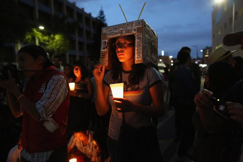 Мехіко, Мексика, 26 червня. Мітинг студентів руху YoSoy132 перед будівлею телецентру, що вимагають дотримання «прозорості» на майбутніх виборах президента. Фото: John Moore/Getty Images