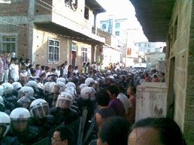 Полицейские прибыли для подавления бунта крестьян. 31 августа 2009 год. Посёлок Фэнвэй провинции Фуцзянь. Фото: FRA