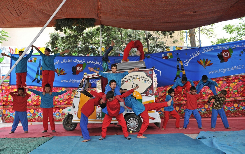 Кабул, Афганистан, 9 июля. Юные актёры из передвижного детского мини-цирка дают представление, чтобы собрать средств для оказания помощи детям, пострадавших во время длительной войны в стране. Фото: MASSOUD HOSSAINI/AFP/GettyImages