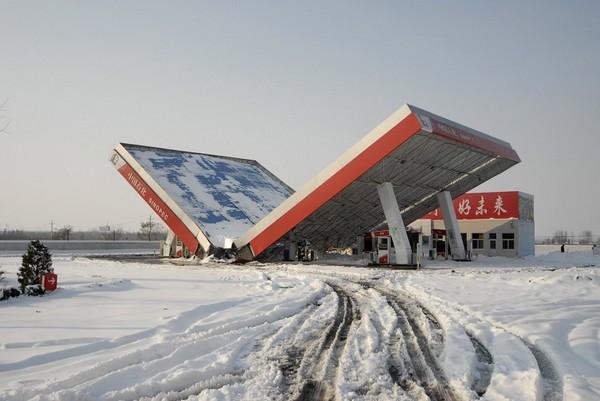 Навіс заправної станції звалився від снігу. Місто Чанчжі провінції Шаньсі. 12 листопада 2009 р. Фото з epochtimes.com