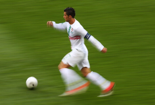 Криштиану Роналдо (Португалия) на скорости с мячом, 13июня, Украина. Фото: Alex Livesey/Getty Images