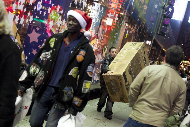 У США з Дня подяки починається підготовка до Нового року та Різдва. Люди запасаються подарунками й листівками, щоб у дні новорічних свят створити передсвятковий настрій собі та домашнім. Фото: Michael Loccisano/Getty Images