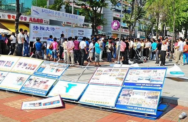 Бандити зруйнували рекламні щити. Фото: Guohuan Jin/The Epoch Times