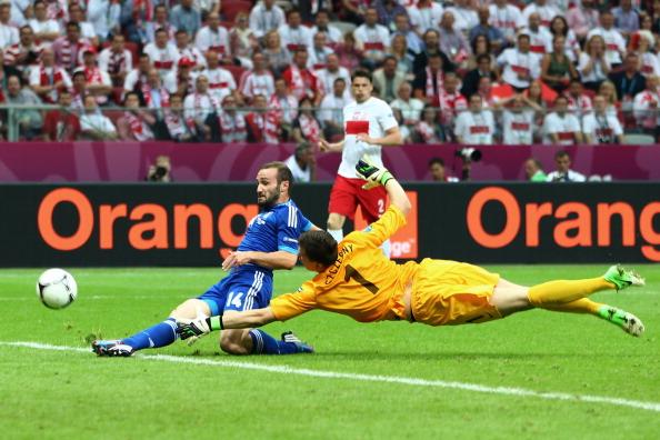 Димитриос Салпингидис (Греция) забивает в ворота Польши, 8июня, Польша. Фото: DIMITAR DILKOFF/AFP/Getty Images
