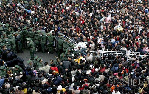 На вокзале в Гуанчжоу по-прежнему более 200 тысяч человек ожидают поездов. Фото с secretchina.com