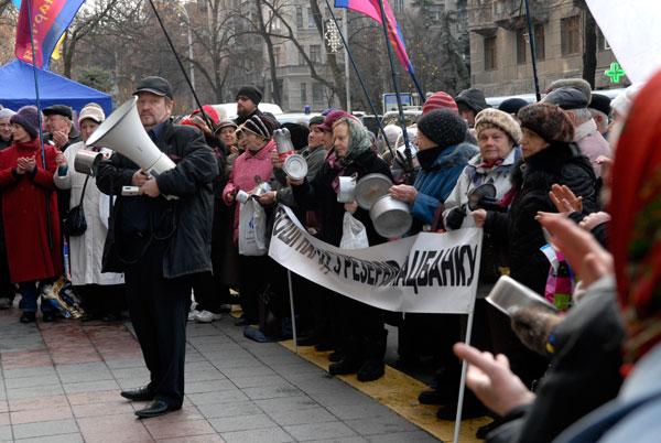 Пікет біля НБУ. Невдоволені пенсіонери вимагають грошових компенсацій.25 листопада, Київ. Фото: Володимир Бородін / The Epoch Times