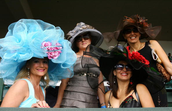 Шляпы и шляпки в Жокей-клубе в Кентукки. Фото: Gentner/Getty Images