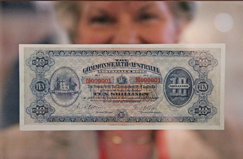Мельбурн, Австралия, 10 мая. Первая австралийская банкнота, выпущенная 1 мая 1913 года, представлена на Всемирной выставке филателии. Стоимость банкноты — $3,5 млн. Фото: Scott Barbour/Getty Images