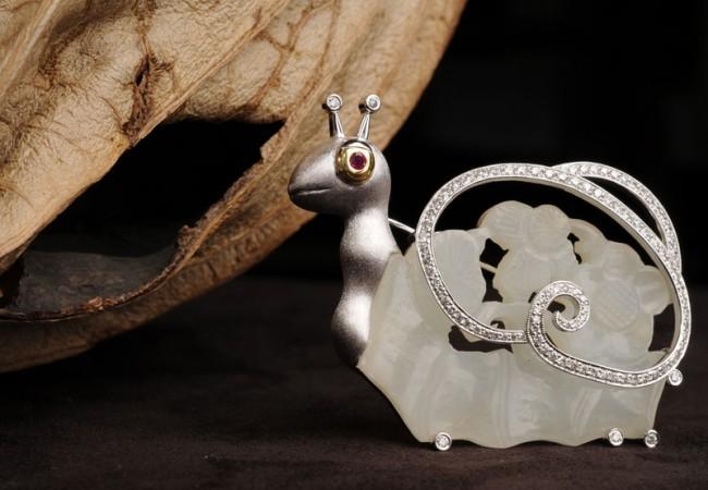 Ювелирные украшения из нефрита, рубина и алмаза. На создание украшения «Улитка» ушло около пяти лет. Фото: Ван Пэйнань