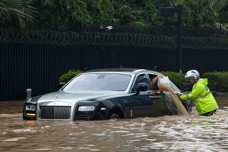 Джакарта, Индонезия, 17 января. Тропические ливни вызвали сильное наводнение. В некоторых местах города уровень воды превысил метровую отметку. Фото: Ed Wray/Getty Images