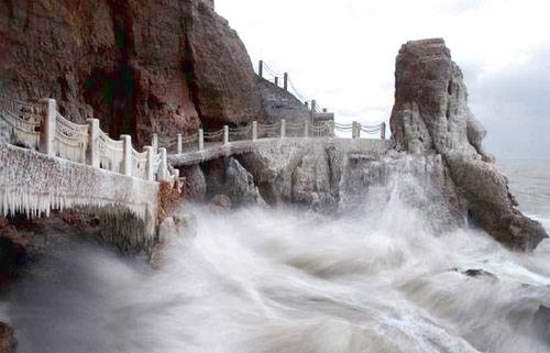 Зимний вид утёса Башни Пэнлай. Фото: с сайта epochtimes.com