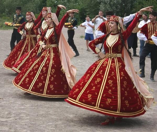 Під народну музику кримські татари і козаки провели майстер-класи з національного танцю, 19 червня 2010. Фото: Євген Довбуш/The Epoch Times