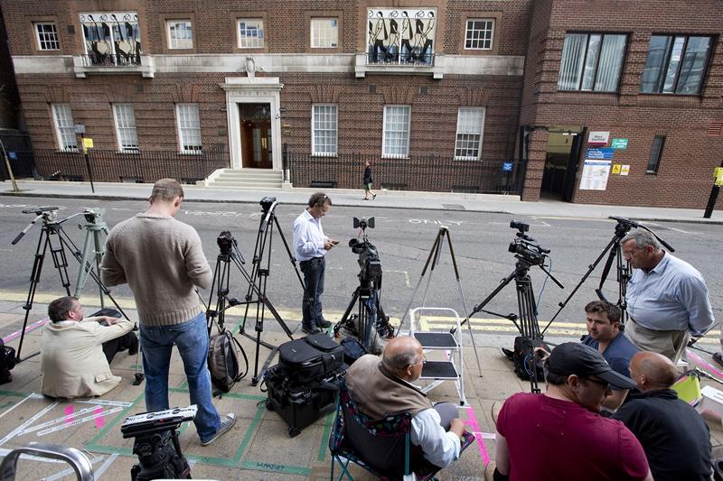 Лондон, Англія, 1 липня. Кореспонденти ЗМІ приготувалися сфотографувати дитину Кетрін, герцогині Кембриджської, коли та з'явиться на світ в лікарні Святої Марії. Фото: JUSTIN TALLIS/AFP/Getty Images