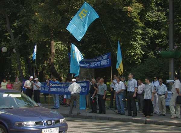 Крымские татары протестуют против подавления уйгуров. Фото: Евгений Бруг/NTD