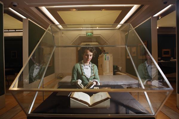 Картини Аткінсона Гримшоу представлять на виставці в галереї Guildhall. Фото: Oli Scarff / Getty Images