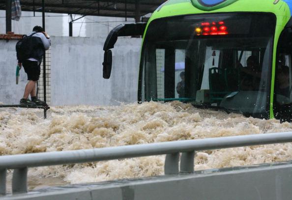 Автобус їде по затопленій вулиці. м. Ухань, провінція Хубей. Фото: ChinaFotoPress / Getty Images