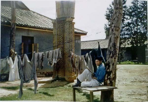 Солдат у цивільній селянській одежі відпочиває. Місто Куньмін провінції Юньнань в 1945 році
