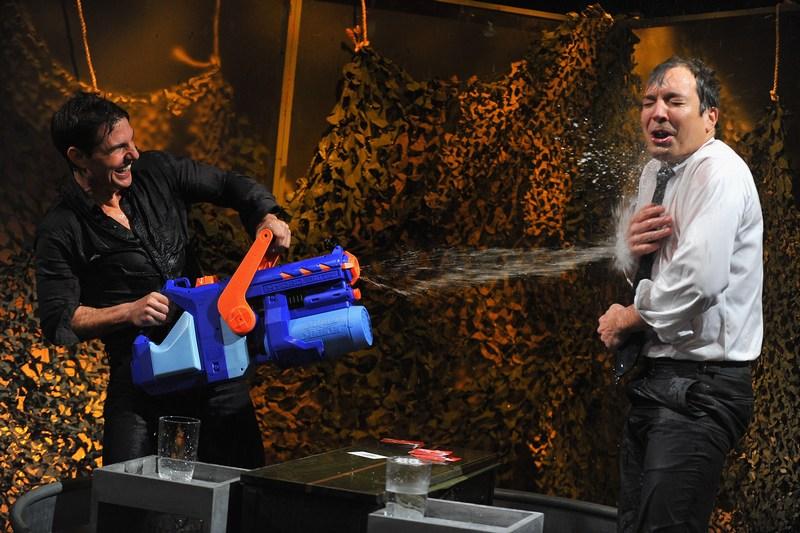 Нью-Йорк, США, 18 декабря. Актёр Том Круз устроил «водяную войну» во время записи программы «Поздно ночью с Джимми Фаллоном». Фото: Theo Wargo/Getty Images