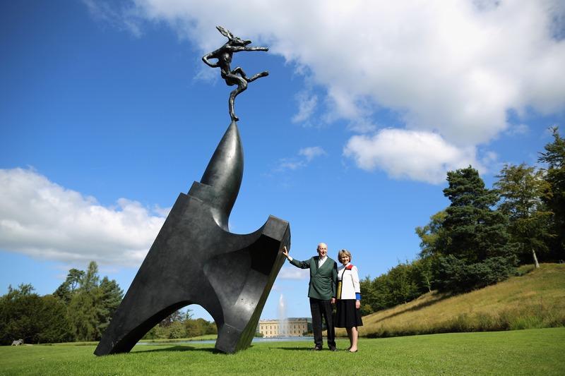 Чатсворте, Англія, 5вересня. Аукціонний дім «Сотбіс» організував виставку-продаж скульптур Баррі Фланагана «За межами кордонів». На фото — робота «Гігантський заєць Ніжинський на вістрі ковадла». Фото: Christopher Furlong/Getty Images