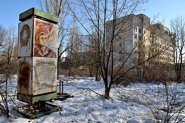 Проржавевший стенд с советскими лозунгами в Припяти. Фото: Владимир Бородин/The Epoch Times