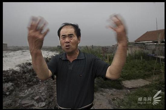 Рабочий соляного завода города Ляньюньган провинции Цзянсу говорит: «Когда ветер химических заводов дует в нашу сторону, ощущается сильный зловонный запах. Даже невозможно спать ночью». 19 июля 2008 год. Фото: Лу Гуан