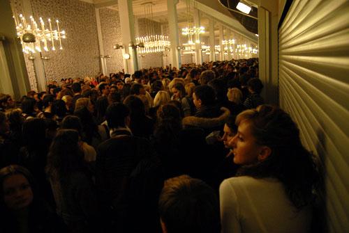 Зрители заходят в зал Дворца Спорта. Фото: Владимир Бородин/Великая Эпоха