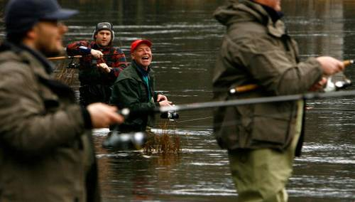 На одной из крупных рек Британии Тей открылся сезон на ловлю лососевой рыбы.  Фото: Jeff J Mitchell/Getty Images