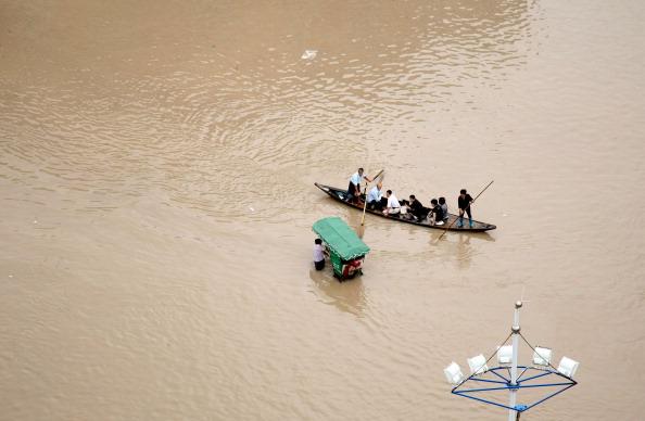 Кто на лодке, а кто на велосипеде. г. Ланси, провинция Чжэцзян. Фото: STR/AFP/Getty Images