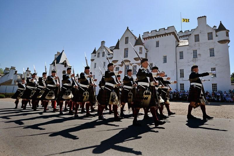 Блэр Атолл, Шотландия, 26 мая. Солдаты единственной в Европе частной армии «Горцы Атолла» принимают участие в параде перед замком Блэр. Фото: Jeff J Mitchell/Getty Images