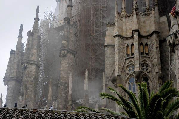 19 апреля 2011 года произошел пожар в храме Саграда Фамилия. Фото: JOSEP LAGO/AFP/Getty Images