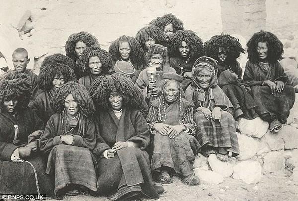 Тибетські черниці. Історичні фото Тибету. 1903 рік. Фото з dailymail.co.uк