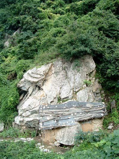 Житло відлюдників. Гори Чжуннаньшань у Китайській Народній Республіці. Фото з kanzhongguo.com