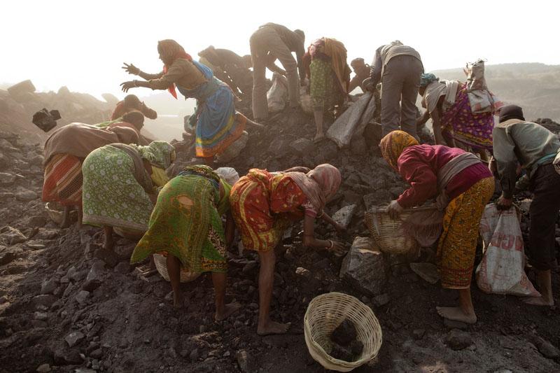 Местные жители собирают уголь в карьере в посёлке Джина Гора, месторождение Джхария, Индия. Фото: Daniel Berehulak/Getty Images