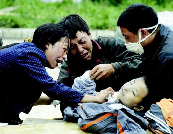 Самое сильное за последние 30 лет землетрясение, принесло горе сотням тысяч людей. Фото: LIU JIN/AFP/Getty Images