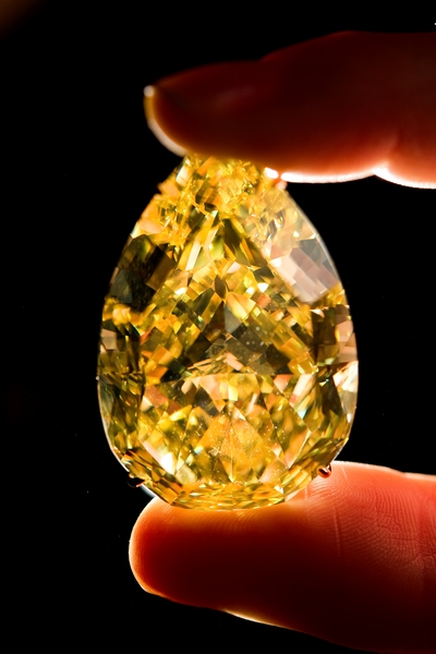 Жовтий діамант «Крапля Сонця» (The Sun-Drop Diamond). Фото: FABRICE COFFRINI/AFP/Getty Images
