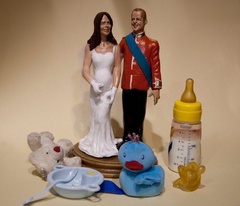 Неаполь, Италия, 5 декабря. Магазины предлагают фигурки, изображающие принца Уильяма и его супругу Кейт в окружении детских принадлежностей — супруги ожидают появления первенца. Фото: CARLO HERMANN,CARLO HERMANN/AFP/Getty Images
