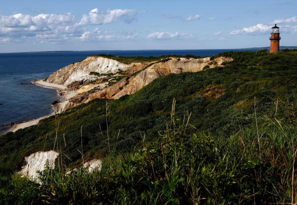Маяк на скалах у побережья. Фото: Win McNamee/Getty Images