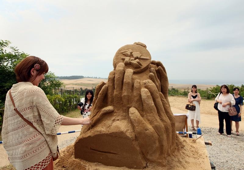 Тоттори, Япония, 20 июля. В музее песчаных скульптур появилась работа «Золотая медаль и логотип олимпиады в Лондоне». Фото: Buddhika Weerasinghe/Getty Images