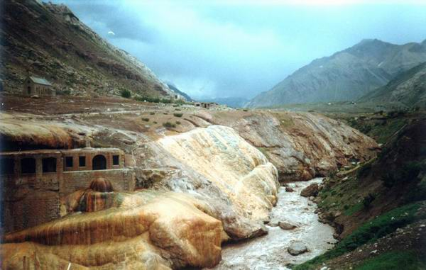 Міст Інків, мабуть, сформувався завдяки складному набору біологічних і мінеральних процесів.