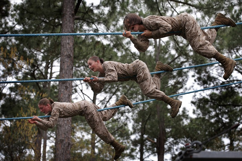 Военная база Пэррис-Айленд, США, 27 февраля. Морские пехотинцы преодолевают полосу препятствий во время курса начального обучения. Фото: Scott Olson/Getty Images