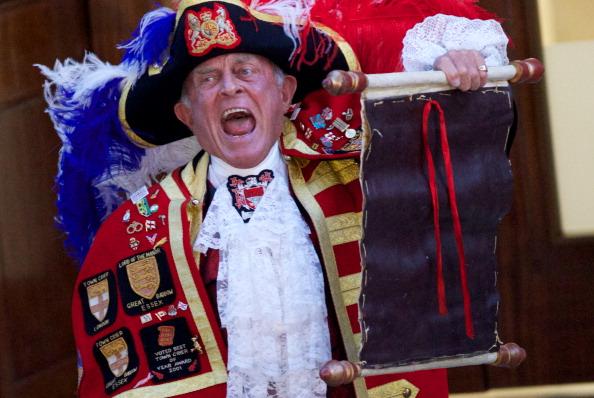 Служитель королівського двору зачитує оголошення про народження сина Кейт Міддлтон та принца Вільяма. Фото: ANDREW COWIE/AFP/Getty Images